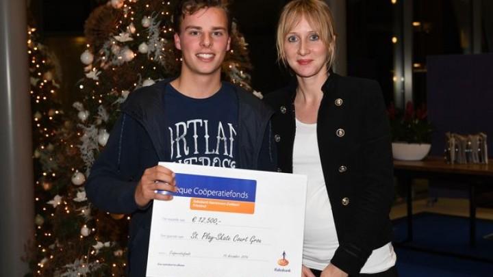 Demi van der Meer van Stichting Play Skate Court (met cheque) en Christina Draaisma van Rabobank Heerenveen-Zuidoost Friesland.