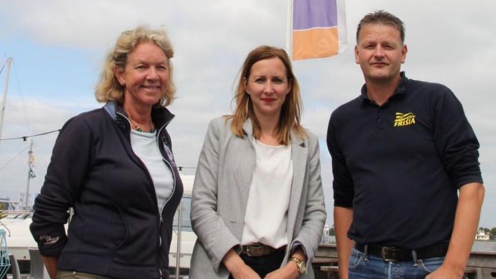 Van links naar rechts: Emilie ter Pelkwijk (Stichting Zeilcentrum Grou), Christina Draaisma (Rabobank Zuidoost Friesland) en Pascal Homan (KWV Frisia).