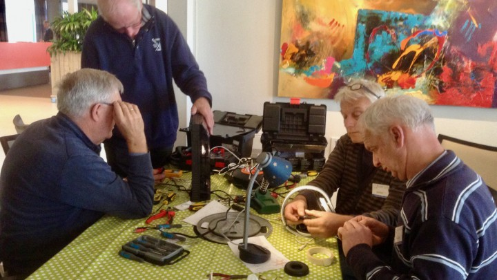Vrijwilligers van Repair Café Grou proberen elektrische apparaten te repareren.