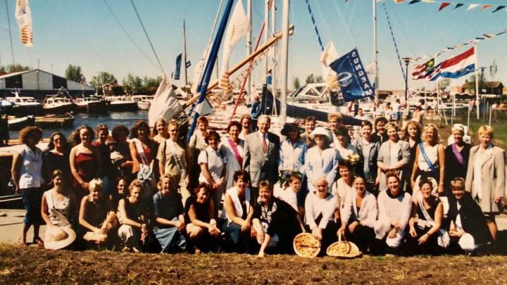 Sylkeninginne en hofdame poseren met oud-collega's ter gelegenheid van de 25ste Sylkeninginne. In het midden burgemeester Ype Dijkstra. (Fotograaf onbekend)