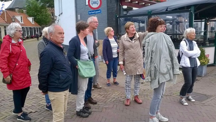 De dorpswandeling op de Nieuwe Kade, onder leiding van gids Fenna Bijlstra.