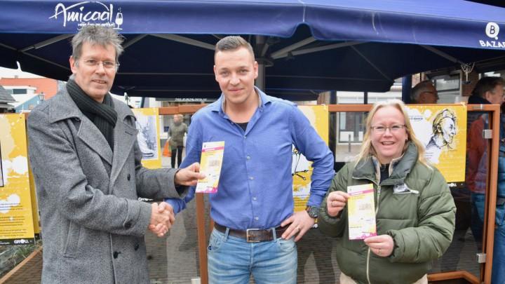Ronald Visser en Fraukje Bruggink ontvangen het eerste exemplaar van de routekaart uit handen van Eddy van der Noord (links).