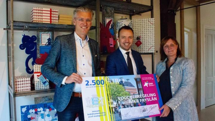 Edwin Boonstra en Nynke Terpstra van Smout-Family krijgen de 200ste voucher van gedeputeerde Sander de Rouwe (midden).