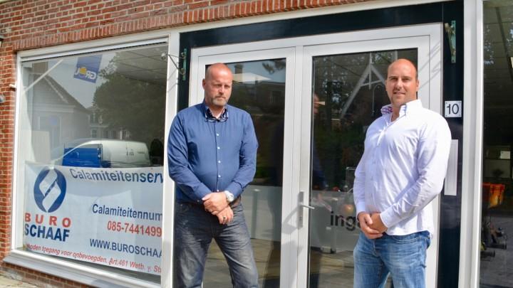 Directeuren Marc Schaaf (links) en Harm de Jong voor hun nieuwe pand. Binnenkort wordt de gevelreclame aangebracht.