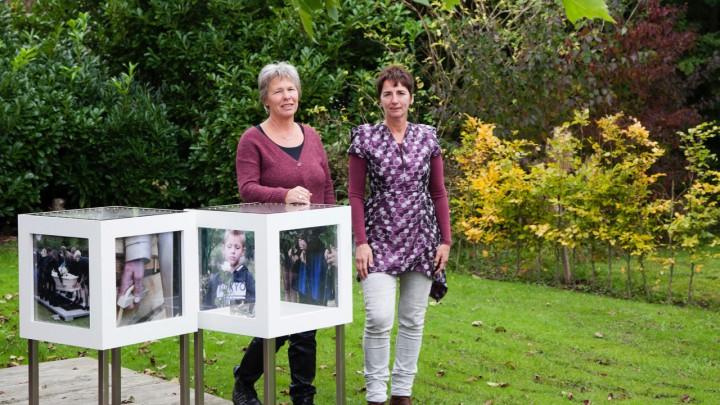 Jacqueline Schuurman (rechts) en Anja Zwanenburg bij de zelf ontworpen condoleancekast.