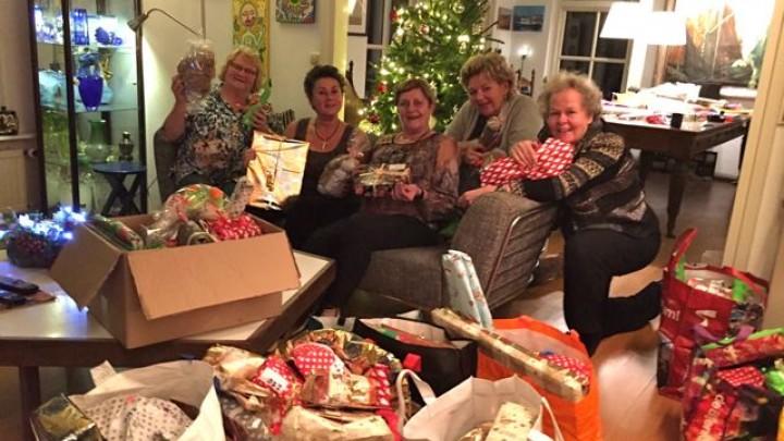 De dames van de organisatie hielden een aparte, gezellige, avond om de vele prijzen in te pakken.