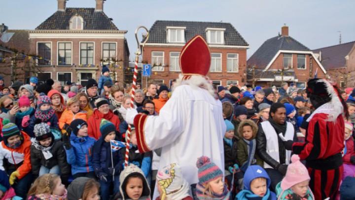 Sint Piter en Swarte Pyt tusken de berntsjes op it plein.