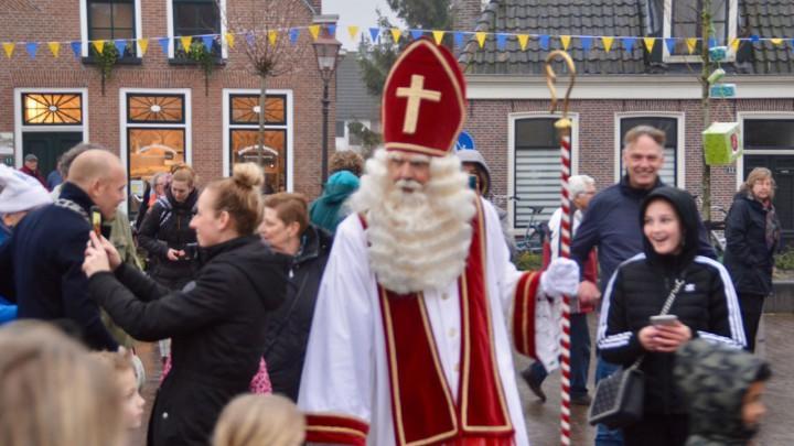 Sint Piter neem op It Grien afscheid van kinderen en volwassen. Links is nog net loco-burgemeester Hein de Haan te zien.