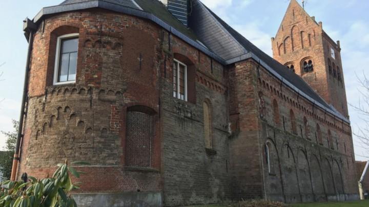 De uit de 13e eeuw stammende Sint Piterkerk.