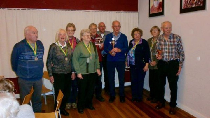 De prijswinnaars van het GSB-sjoelkampioenschap.