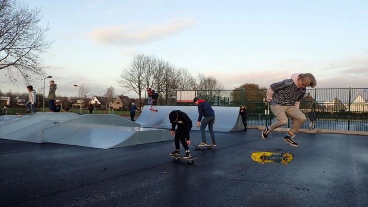 De jeugd nam het skatemeubilair meteen na plaatsing in gebruik. (Foto: Jikkie Piersma)