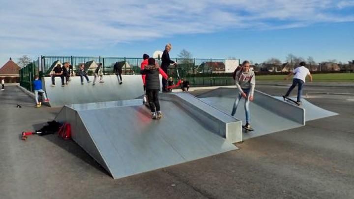 Pinguïns en skaters trainen op Play Skate Court
