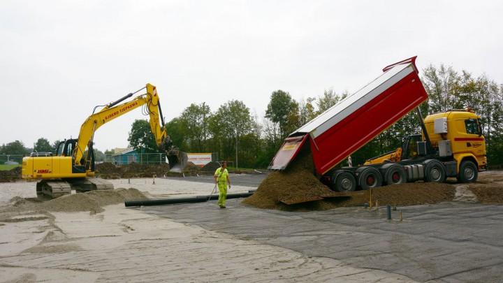 Tjepkema Infra is sinds juli bezig met de aanleg van het Play Skate Court. (Foto: Jikkie Piersma)