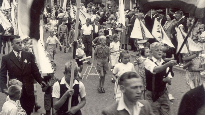 Ook de feestelijke optocht voorafgaand het Skipkesilen komt aan bod in een film. (Fotoarchief Bauke Lageveen)