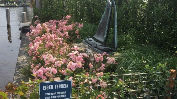 Het skûtsjemonumint aan de Hellingshaven staat fraai tussen de planten, maar op 'eigen terrein'.