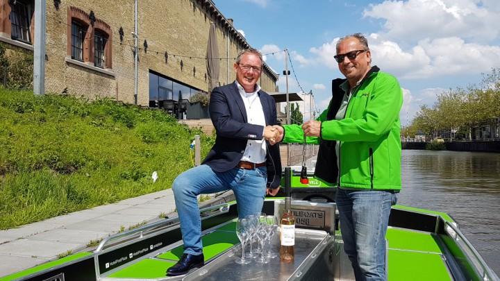 Herman Schreuder (links) van Post-Plaza en Oane Hoekstra van Greenjoy Leeuwarden bekrachtigen de samenwerking.