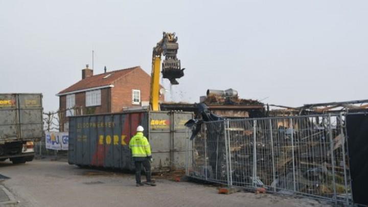 Medewerkers van Bork bezig met het verwijderen van de resten van Het Theehuis.