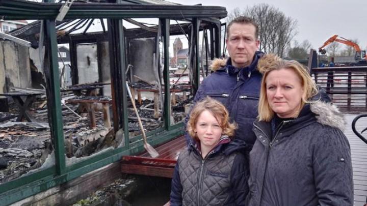 Timo Slump, Marieke Warmerdam en hun zoon Twan bij de uitgebrande serre van Het Theehuis.