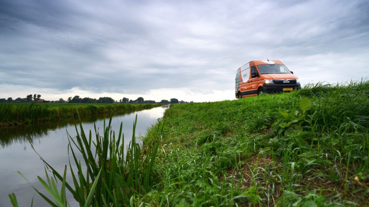De hoveniers van Snoek Puur Groen zagen vanuit hun busje de man in het water liggen.