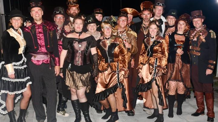 Het FFF-bestuur en hun partners waren zondagavond tijdens de Stappersjûn in 'steampunk'-stijl, verzorgd door Jan en Teatske Jongsma.