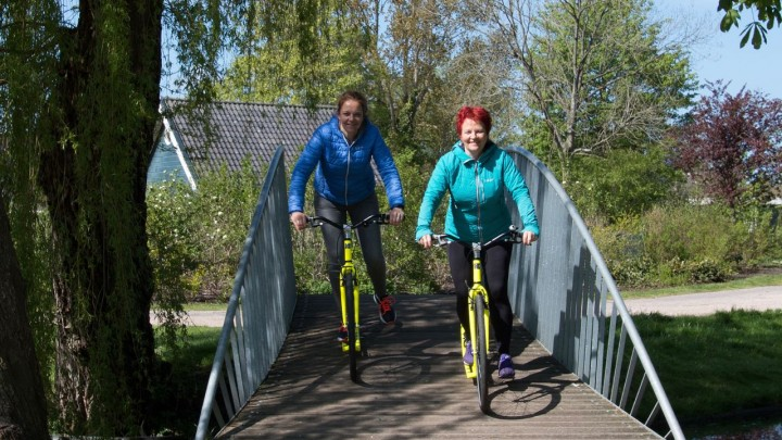 Nynke Terra (links) en Wienie Veld op de step op het bruggetje over het Nijdjip.