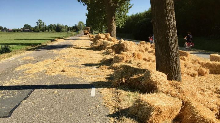 Pakjes stro vallen van platte wagen