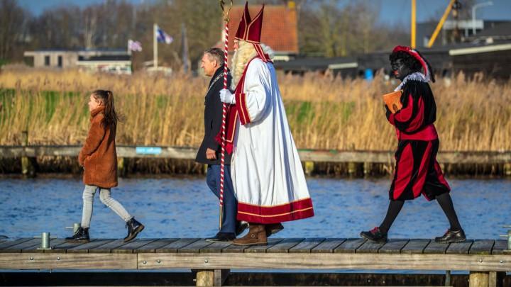 Sint Piter en Swarte Pyt lopen na ontvangst door de burgemeester en kinderburgemeester, naar de kade. (Foto: Niels de Vries)
