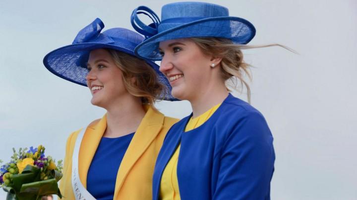 Janne Heida (links) is de Sylkeninginne 2019. Rechts haar hofdame Fenna Jansen. Beiden zijn gekleed in Grouster kleuren.