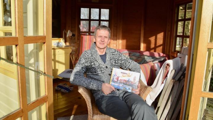 Schrijver Symon Odinga is trots op het (voor)leesboek 'Hoera, Sint Piter!'.