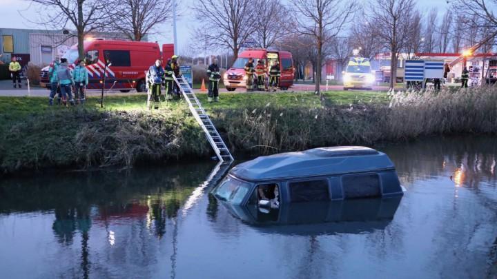Hulpverleners rukten massaal uit toen de Chevrolet in het water werd ontdekt.