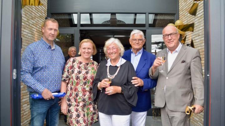 (v.l.n.r.) Exploitanten Timo Slump en Marieke Warmerdam en het eigenaarsechtpaar G. Osinga-Sietsma en Syb Osinga. Uiterst rechts wethouder Henk Deinum.