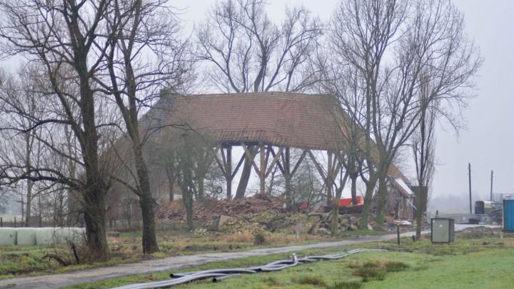 De voormalige boerderij van Thom de Groot op Goatum is een bouwval geworden.