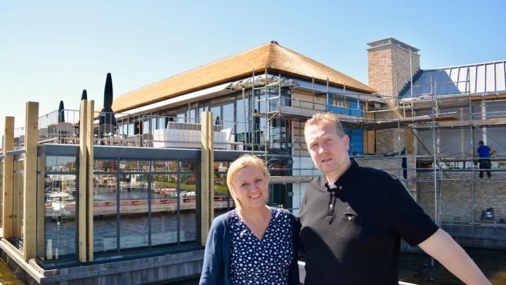 Timo Slump en Marieke Warmerdam voor het nieuwe Het Theehuis, dat bijna af is.
