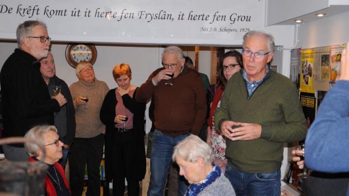 Medewerkers van het museum en Stichting Gabe Skroar brachten een 'toast op Joost' uit. (Foto: Herman Oldenhof)