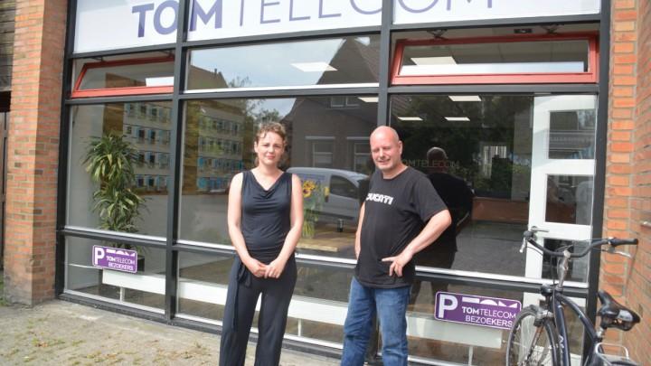 Bij de opening in 2017 poseerden bedrijfsleider Sytske Jongsma en reparateur Marten Lieuwes voor de winkel van TomTelecom.