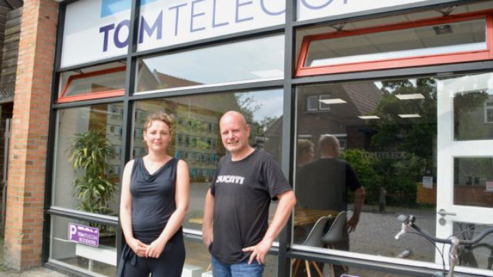 Bedrijfsleider Sytske Jongsma en reparateur Marten Lieuwes voor het Grouster filiaal van TomTelecom.