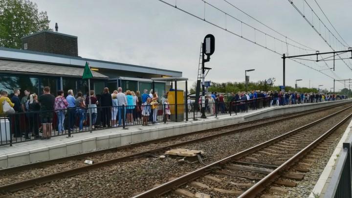 Op het perron van het treinstation Grou-Jirnsum was het vanmorgen bijzonder druk.