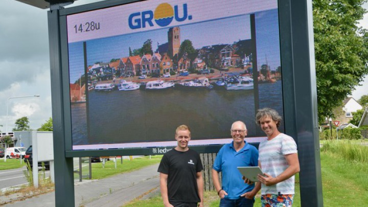 Dominicus Bijlsma (midden) van Grou Aktief en Patrick Koene van De Rode Loper zijn blij met het scherm. Links de monteur van Ledyears.