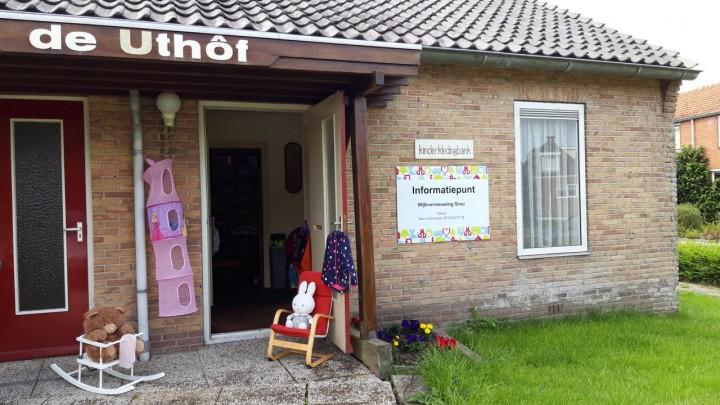 De Kinderkledingbank Grou zit nu in de voormalige De Uthôf, hoek Lynbaen- en Friesmastrjitte.
