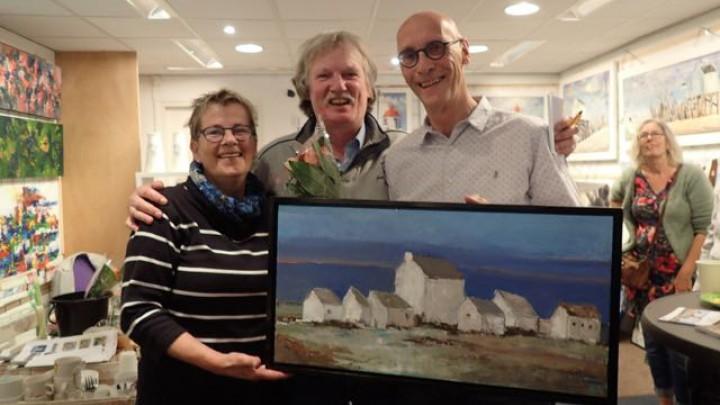 Ab Karreman (rechts) keeg met zijn olieverfschilderij de hoogste waardering van de jury van Kunststreken.