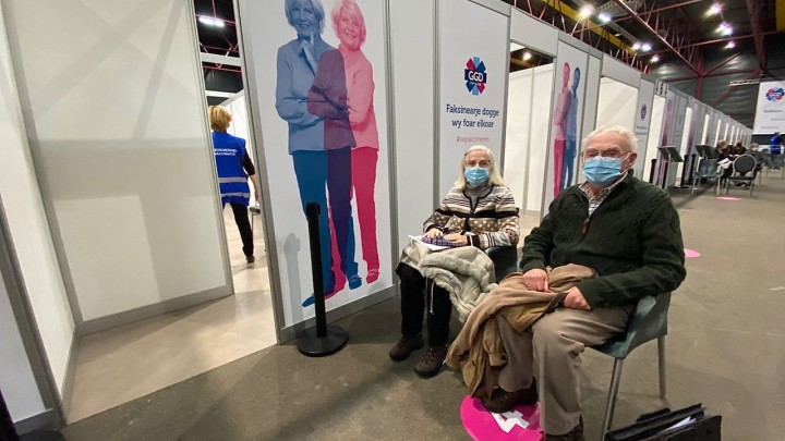 Het echtpaar Van der Wal uit Leeuwarden (tachtigplussers) liet zich vorige week ook vaccineren.