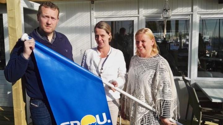 Timo Slump en Marieke Warmerdam van Het Theehuis kregen de eerste gevelvlag. In het midden BCG-bestuurslid Joke Broekens.