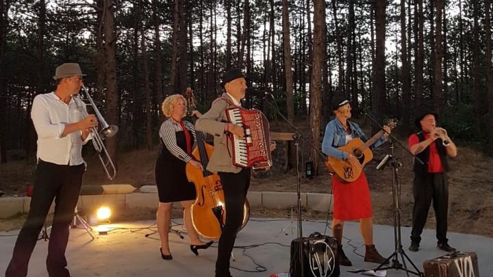 Volk tijdens een concert in het bos van Hoorn (Terschelling).