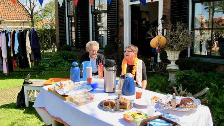 Sibylla van der Zwaag (links) en Lies Zwerver verzorgen in de pastorietuin koffie, thee of limonade met taart.