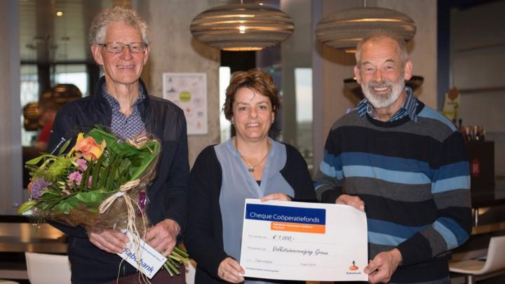 Voorzitter Henk Volbeda (rechts) en secretaris Bonne Bruinsma (links) nemen de cheque van Karin Tijssen van de Rabobank in ontvangst.