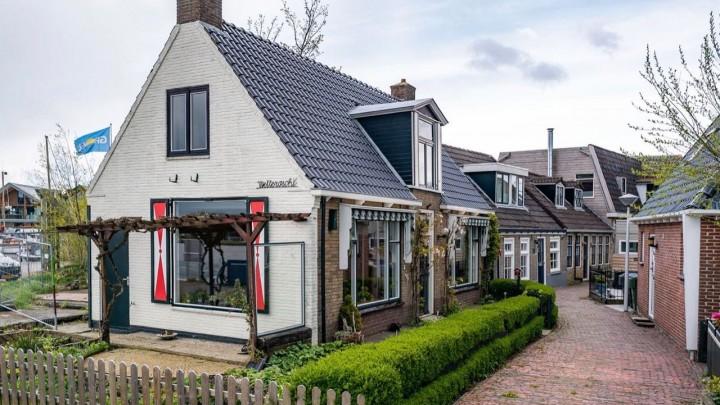 Het huis 'Wettersicht' aan de Kerkstraat in Grou is kort geleden verkocht. Veel toeristen toonden interesse, maar het is nog onbekend of dit een vakantiewoning wordt.