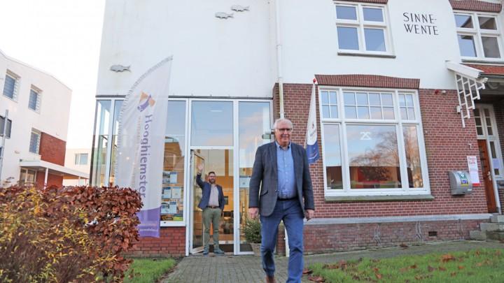 Martin Hooghiemster zwaait zijn vader Wiepke uit.