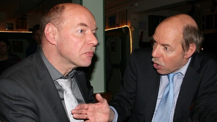 Wim (links) en Hans Anker houden een praatje op de jaarvergaderingen van de ijsclubs. (Foto: Paul Hettinga)