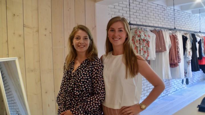 Martha Dijkstra (links) en Sisca Spykstra in damesmodezaak IRIS.