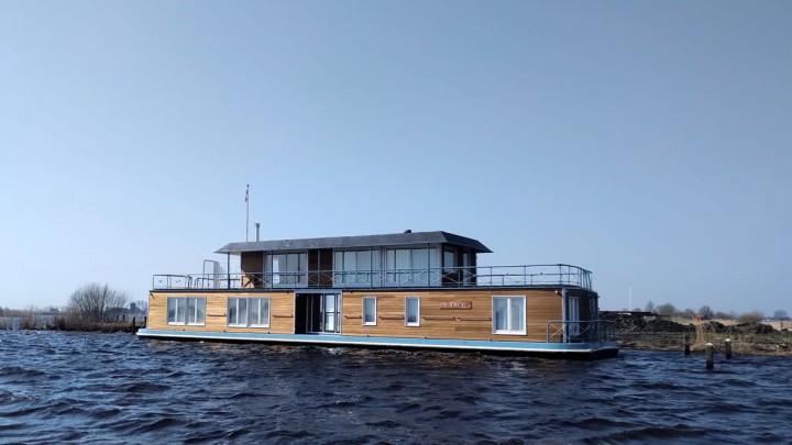Het woonschip van de familie Kuperus op haar nieuwe plek aan De Burd.